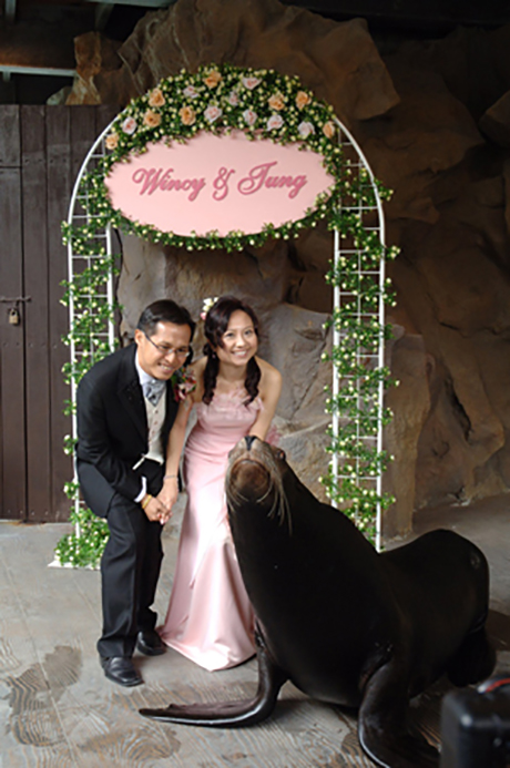 Mr. Yu Wai Tung and Ms. Au Wing Sze are the first couple to have their wedding at Ocean Park's Pacific Pier
