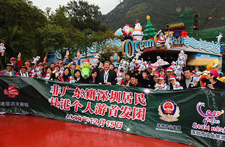 Photo 1 & 2: At the main entrance of Ocean Park, Mr. Tom Mehrmann, Chief Executive of Ocean Park, warmly welcomed the 80 tourists from the first group of non-Guangdong residents from Shenzhen visiting Hong Kong on individual endorsements.  The guests also received special souvenirs before setting off for their tour of the Park.