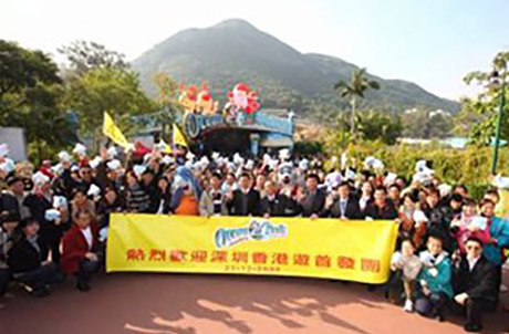 Matthias Li, Deputy Chief Executive of Ocean Park and Huang Sheng He, Deputy General Manager of China Travel Service (HK) Ltd (both centre), presided over a welcoming ceremony at the Main Entrance.